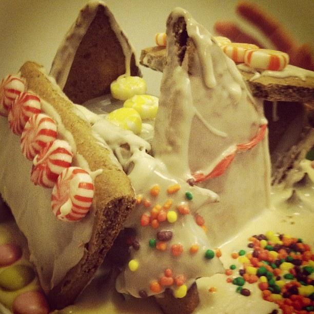How+to+make+a+holiday+gingerbread+house