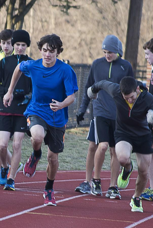 Boys+varsity+winter+track+runs+through+cold