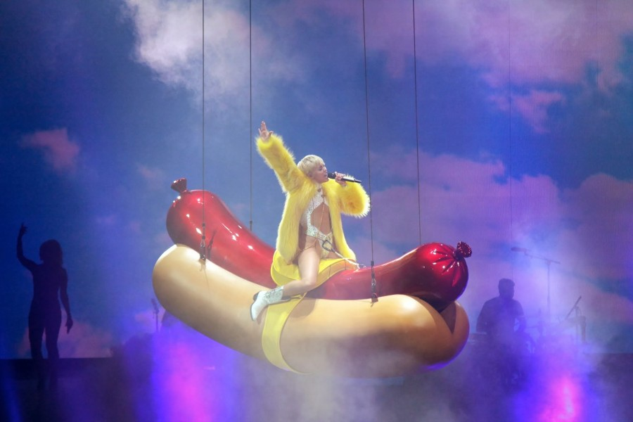Miley+Cyrus+concludes+her+tour+on+a+Bang%28erz%29