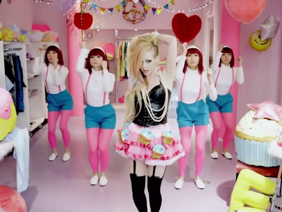 Racist+claws+attack+Avril+Lavigne+for+%E2%80%9CHello+Kitty%E2%80%9D+music+video