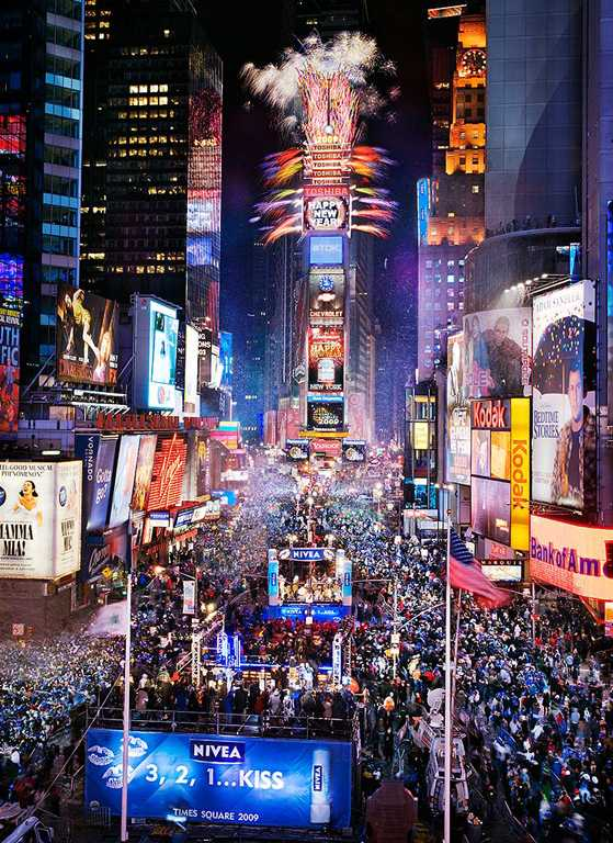 Times+Square+on+New+Year%27s+Eve+is+always+magnificent+and+timeless.+The+classic+event+draws+in+massive+crowds+and+displays+an+intricate+and+colorful+ball.