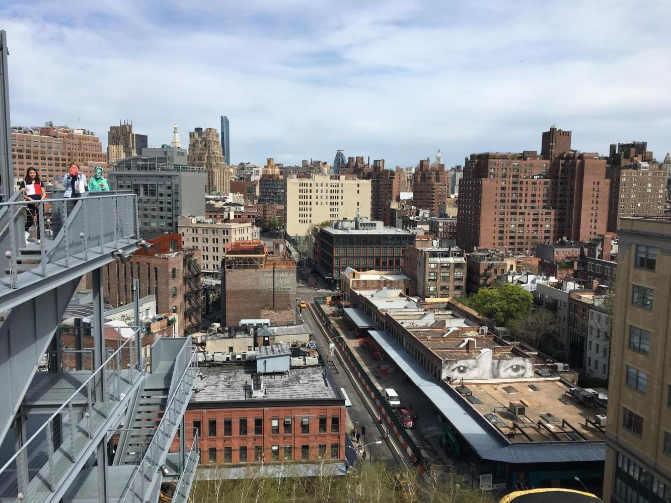 The+Highline+is+a+great+place+to+take+a+stroll+on+a+warm+spring+day.+There+are+various+things+to+do+while+strolling+the+Highline%2C+including+snacking+on+the+variety+of+food+carts+lined+up+through+the+tunnel.